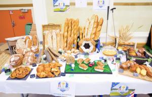 C'est avec ce travail, un buffet construit sur le thème de la Ryder Cup, que Marie et Nicolas (photo ci-dessous) ont remporté le Concours des jeunes entrepreneurs en boulangerie.