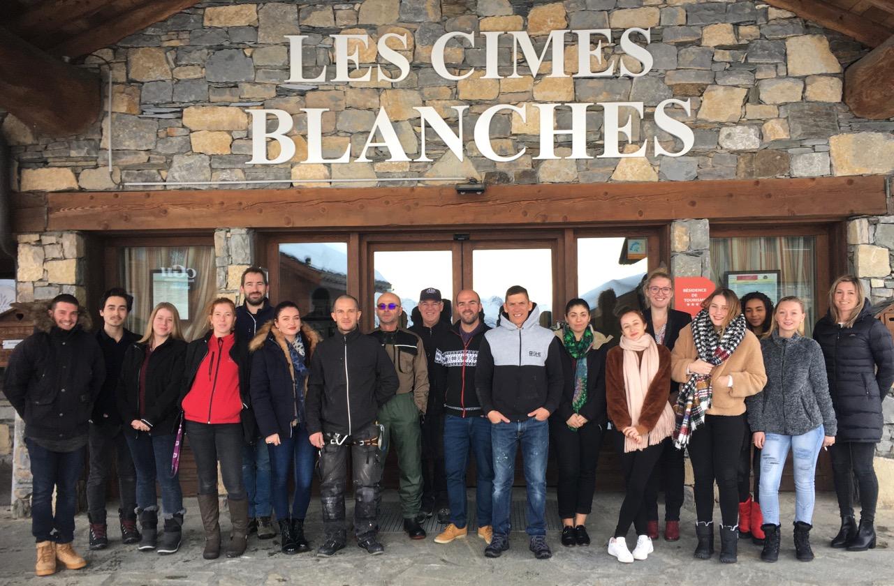 Romain Jacob, directeur de CGH La Rosière, entourée de toute son équipe qui fera « tourner » les Cimes Blanches cet hiver.