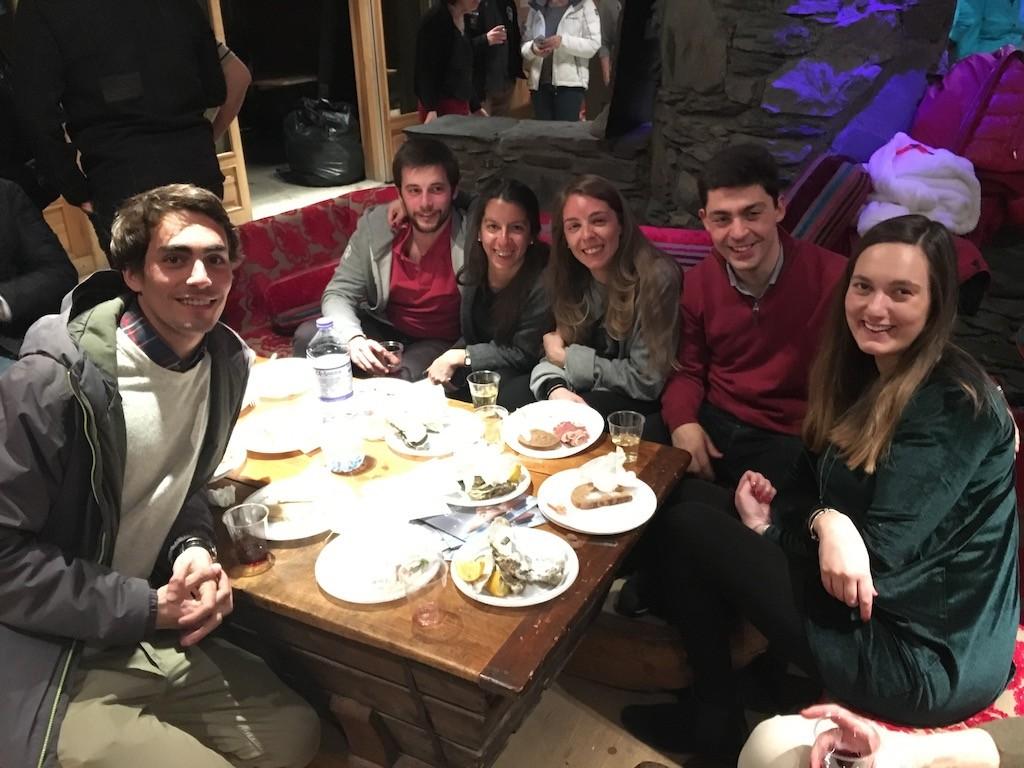 Soirée très internationale avec des Français, des Belges, des Anglais et des Portugais. Ci-dessous, Maria Guimaraes et ses amis.