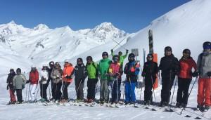 Un groupe de rallymen au pied du Mont-Blanc