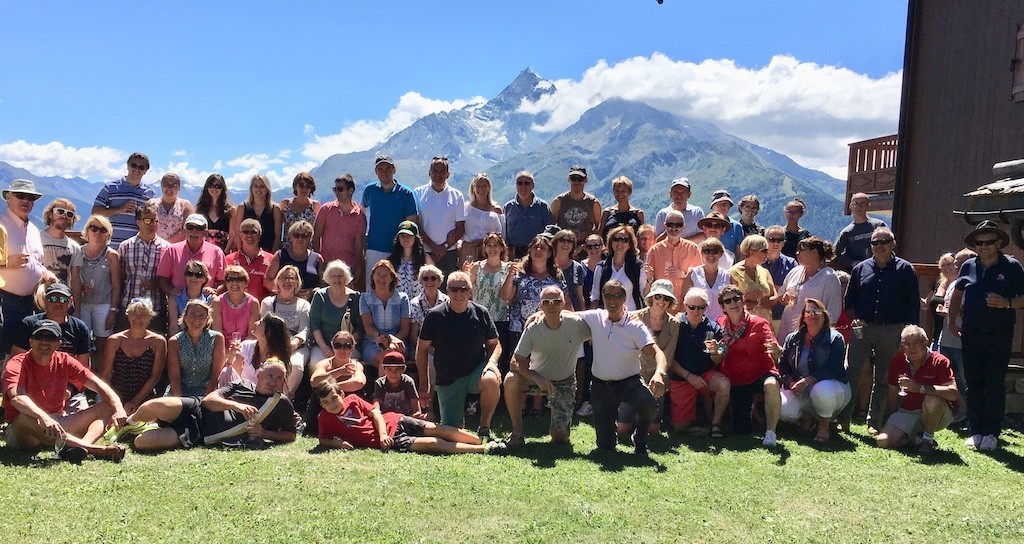Les membres de l'ACCB et leurs amis rassemblés le 15 août aux Cimes Blanches, face à l'Aiguille Rouge et au Mont-Pourr