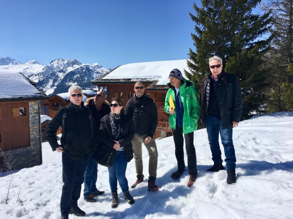 Représentants d'Odalys et de l'ACCB La Rosière se sont retrouvés sur le terrain le 29 mars dernier. De gauche à droite : Martin Revel, Frédéric Crettaz, Eolia Brun, Serge Giacchino, Jean-Paul Charbonnier et Jean-Claude Virfeu. C'est derrière ce groupe, entre les chalets E et F que pourrait se faire le « retour skieurs » vers l'Ouest des Cimes Blanches.